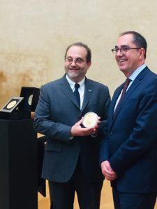 Mr Schwartz Marc, président directeur général de la Monnaie de Paris et Mr Jean luc Martinez, président directeur du Louvre autour de la pièce d'un kilo d'Or gravée à la main en hommage à Léonard de Vinci et à son chef d'oeuvre la Joconde.